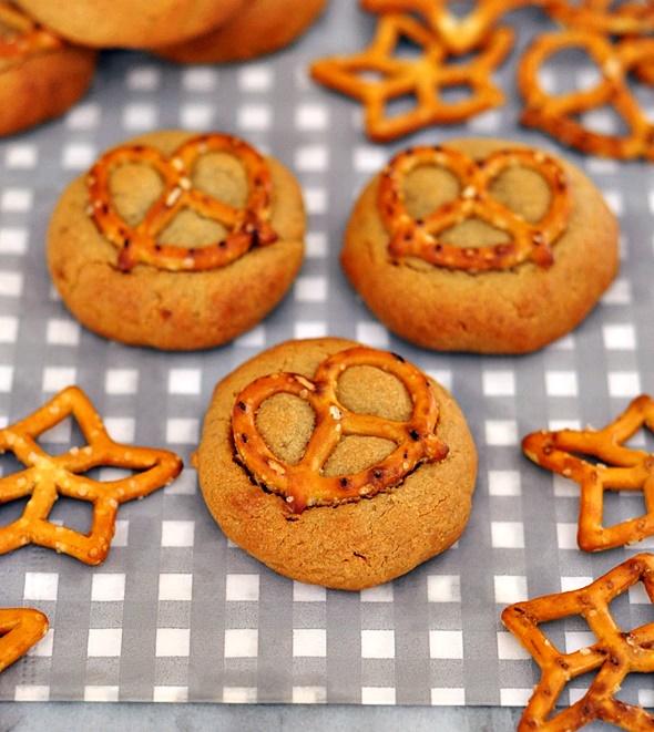 4-Ingredient Peanut Butter & Pretzel Cookies